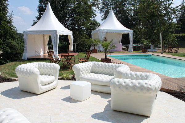 Déco blanche : chesterfields, banquettes, tables basses, pour la décoration événementielle