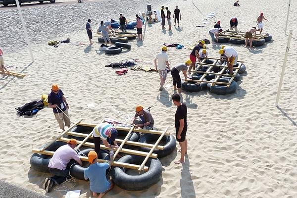 activité team building construction radeau plage normandie - journee de cohesion a la mer trouville deauville